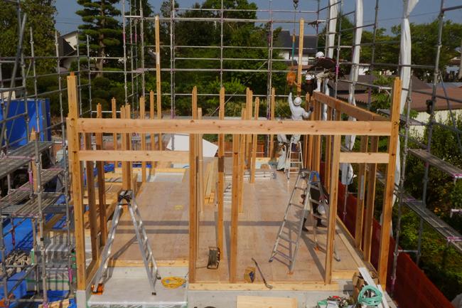 建て方初日、1階の柱を立て始める
