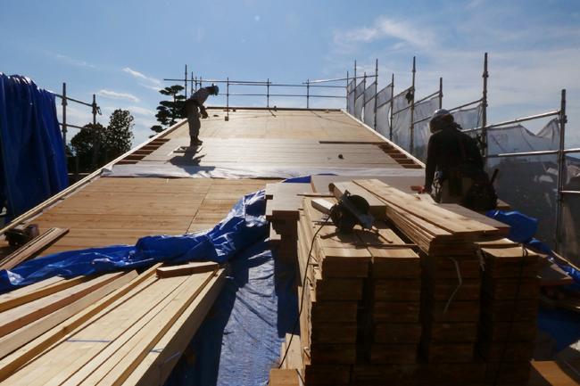 建て方4日目、炎天下での屋根上作業の様子