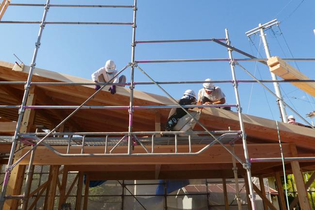 屋根のケラバ先に破風という部材を設置中