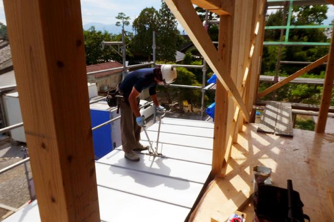 屋根板金の施工中