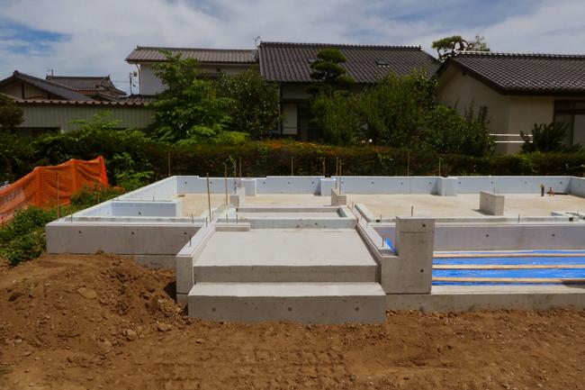 基礎コンクリートの型枠が外された状態