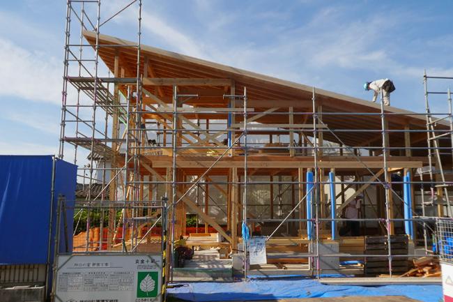 屋根上の作業が半分ほど終了で建て方4日目終了