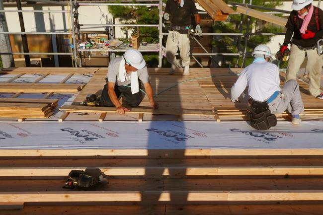 屋根の通気層を確保して粗野地板を設置中、建て方3日目終了